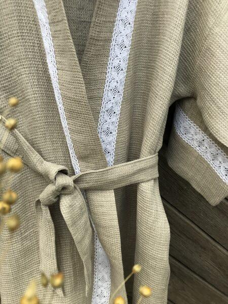Vafeļveida halāts ar mežģini baltu