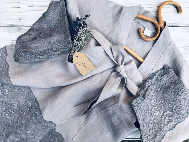 Lavandas gaiši violets/pelēks sieviešu halāts ar mežģīnēm