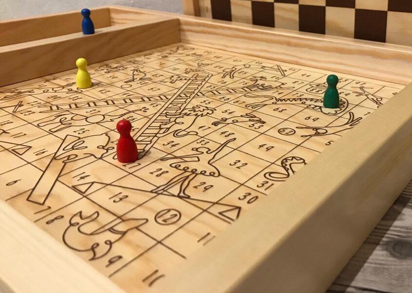Cirks+šaha/dambretes virsma+4kauliņi+metamkauliņš gaišais